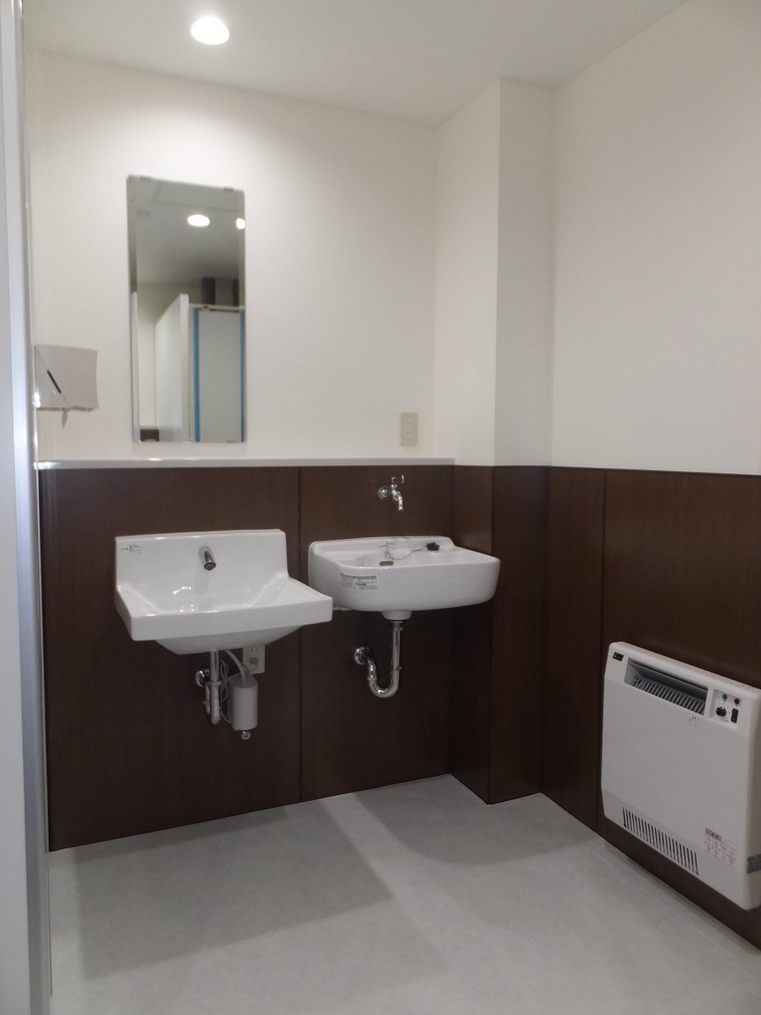 男子トイレ手洗器